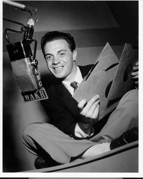O DJ Alan Freed, um dos pais do Rock: enquadrado por causa da Payola crédito: http://pdxretro.com/wp-content/uploads/2011/04/Alan20Freed20-20Head_shot_WAKR_27.jpg