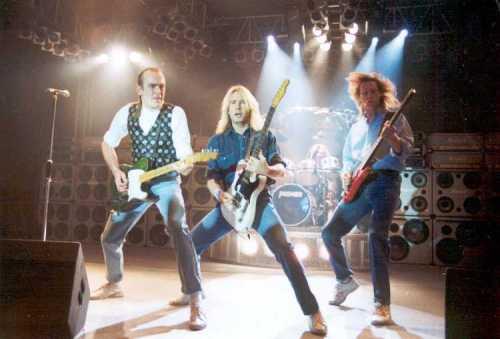 Status Quo: entrando na década de 90 com a sonzeira que o consagrou crédito: http://www.home-of-rock.de/Bildergalerie/25_Jahre_Rock/Pics/Status_Quo_1992.jpg
