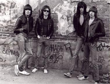 A primeira formação dos Ramones crédito: http://blog.best-bookings.com/en/files/2012/10/BudapestRamones_copertina.jpg