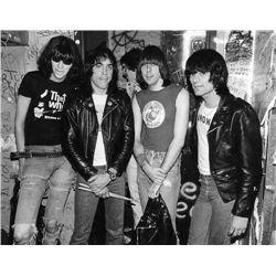 Ramones em sua clássica formação crédito: http://media.liveauctiongroup.net/i/11416/11696540_5m.jpg?v=8CE8CFFEE37C4C0