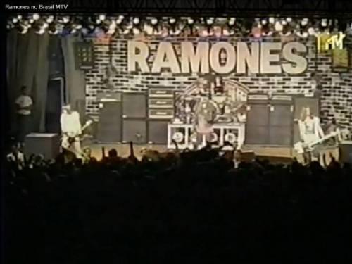 Ramones: alucinando os roqueiros brasileiros  (foto extraída de um vídeo)