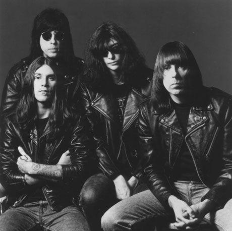 Os Ramones e seu novo baixista CJ (o primeiro sentido horário): na crista da onda na década de 90 crédito: http://blogs.montrealgazette.com/2010/04/05/concert-review-c-j-ramone-at-les-foufounes-lectriques-april-3-2010/