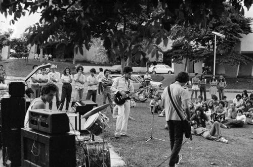 O primeiro show da legião Urbana (1982) crédito: http://4.bp.blogspot.com/-ts4xGGqa2n4/TmTKRQqgMGI/AAAAAAAABcQ/e0RTrfoBQd8/s1600/20110425124103185949i-728648.jpg