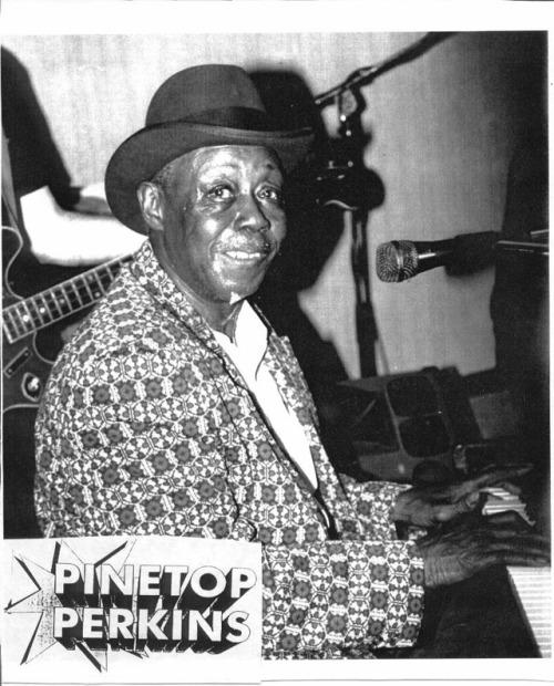 Pinetop Perkins: um dos últimos mestres do Delta Blues crédito: http://www.bobcorritore.com/images/pinetop14.jpg