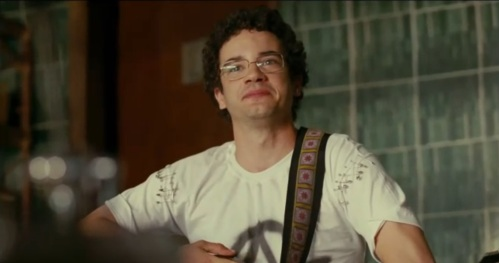 Thiago Mendonça vive opapel de Renato Russo no filme Somos tão Jovens crédito: http://1.bp.blogspot.com/-HI1uzc3GsZQ/UZSzMlKfUyI/AAAAAAAAASM/Ua-ezf-v9gE/s1600/somos+ta%CC%83o+jovens.jpg
